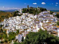 Hus i vacker by med utsikt mot Medelhavet och Marocko