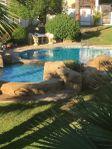 Radhus, pool och hav i Costa Blanca