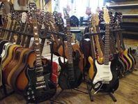 Vänster och vanliga gitarrer Olika storlekar